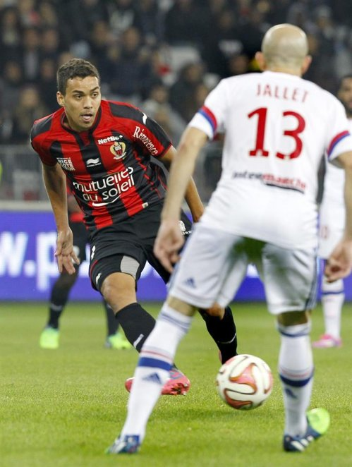NIC05. Nice (France), 01/11/2014.- Carlos Eduardo De Oliveira Alves of OGC Nice ( L ) vies for the ball with Christophe Jallet of Olympique Lyon ( R )...