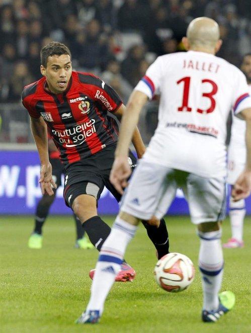 NIC05. Nice (France), 01/11/2014.- Carlos Eduardo De Oliveira Alves of OGC Nice ( L ) vies for the ball with Christophe Jallet of Olympique Lyon ( R )...