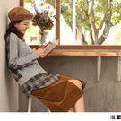 格紋絨毛感拼接純色上衣營造濃厚秋季氛圍 拼接假兩件設計讓整體層次感更豐富