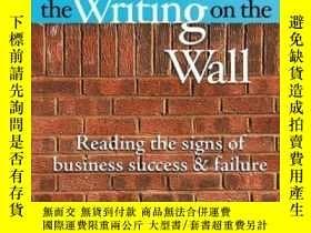 二手書博民逛書店The罕見Writing on the Wall: Reading the Signs of Business S