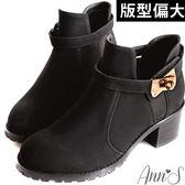Ann'S時髦質感金色鎖釦粗跟短靴-黑