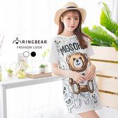 休閒洋裝--可愛滿版熊熊英字印圖圓領短袖開衩下襬連身裙(白.黑M-3L)-D456眼圈熊中大尺碼