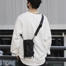 斜背包男工裝包水桶小挎包時尚側背【愛物及屋】