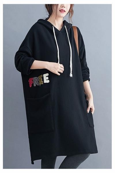 【YOUNGBABY中大碼】彩色貼布FREE大口袋連帽織衣長T洋裝.共2色