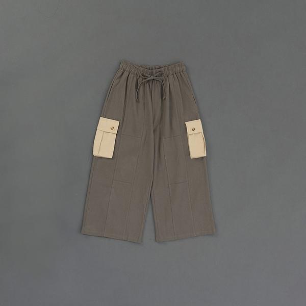 Queen Shop【04110329】軍綠撞色立體口袋腰抽繩寬褲 1/2*現+預*