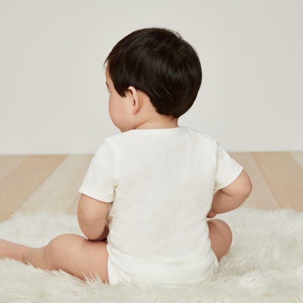 Gap男嬰兒 Logo短袖三角式包屁衣 441219-牛奶白色