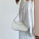 斜背包 褶皺腋下包女2021新款法式復古珍珠錬條單肩斜背包時尚小包 俏girl