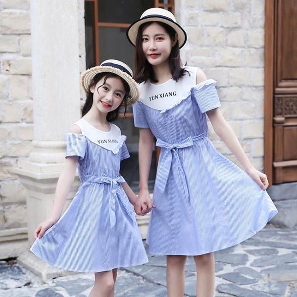 親子裝 親子裝夏季新款女童洋裝兒童洋氣露肩條紋裙子母女時尚拼接裙潮