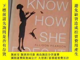 二手書博民逛書店英文原版罕見I Don t Know How She Does