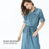 牛仔洋裝【KOMI】丹寧襯衫領雙口袋綁帶長洋裝 (1828-818053)