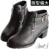 Ann'S簡約感設計釦帶韓系粗跟短靴-黑