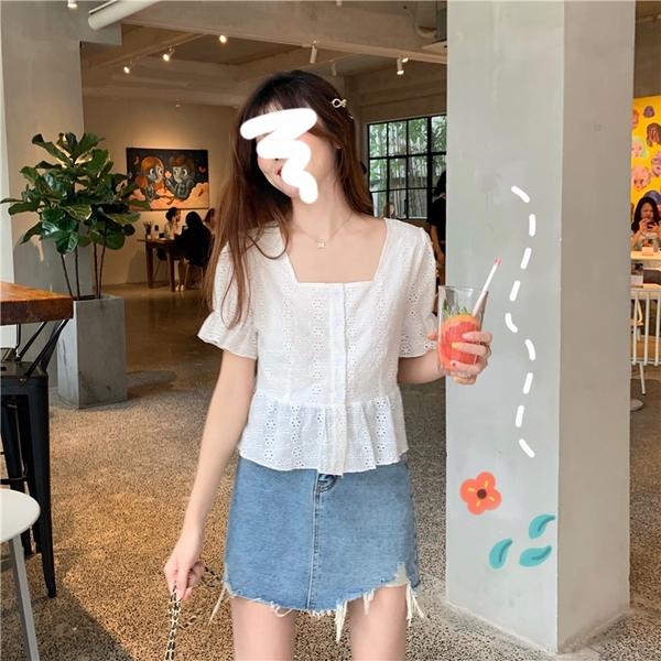EASON SHOP(GQ1475)法式方領滿版小花鏤空有內裡短版排釦下擺荷葉邊縮口短袖襯衫鬆緊喇叭袖口女上衣