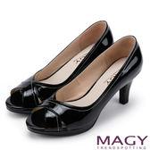 MAGY 成熟女人氣息 細緻設計線素雅露趾高跟鞋-黑色