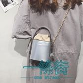 錬條迷你小包包女2018春新款時尚抽帶漆皮手提水桶包潮單肩斜挎包【一條街】