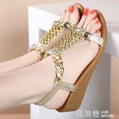 厚底楔形涼鞋 厚底楔形女涼鞋夏款度假平底中跟牛筋底防滑百搭厚底水鑽女士涼鞋 『鹿角巷』