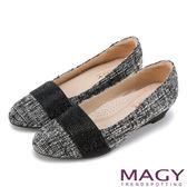 MAGY 復古上城女孩 質感布料鬆緊帶楔型低跟鞋-毛呢黑