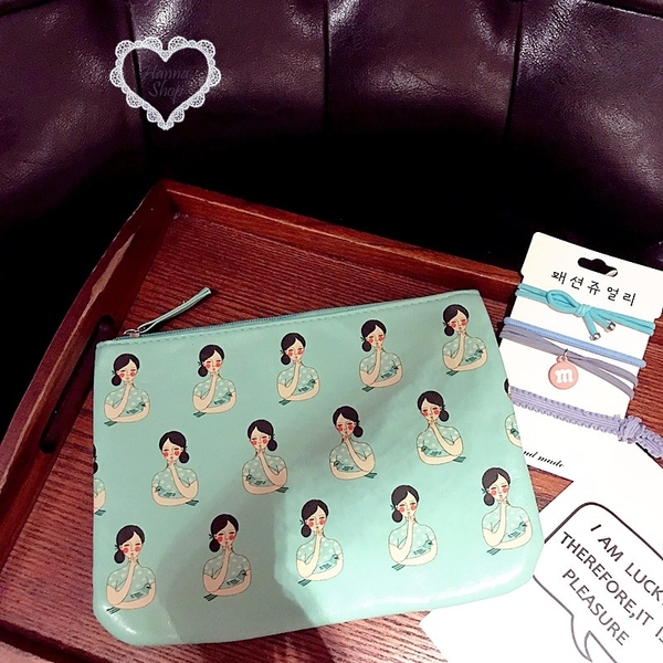 《花花創意会社》外流。褀袍女生插畫藍綠收納包【H6091】