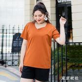 大尺嗎T恤 新款加肥加大碼女裝v領鏤空短袖t恤肥婆300斤寬鬆卡其色 QQ4927『東京衣社』