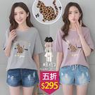 【五折價$295】糖罐子燙金英字豹紋貓貼布落肩圓領上衣→預購【E53825】