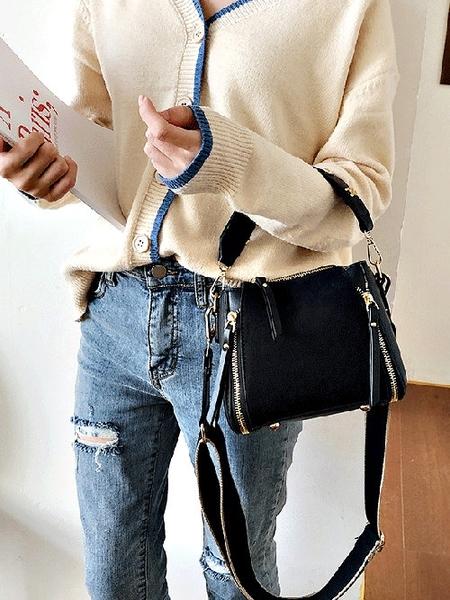 克妹Ke-Mei【ZT63224】AJOID龐克鉚釘字母麂皮革騎士風小方包