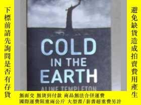 二手書博民逛書店英文原版罕見Cold in the Earth by Aline