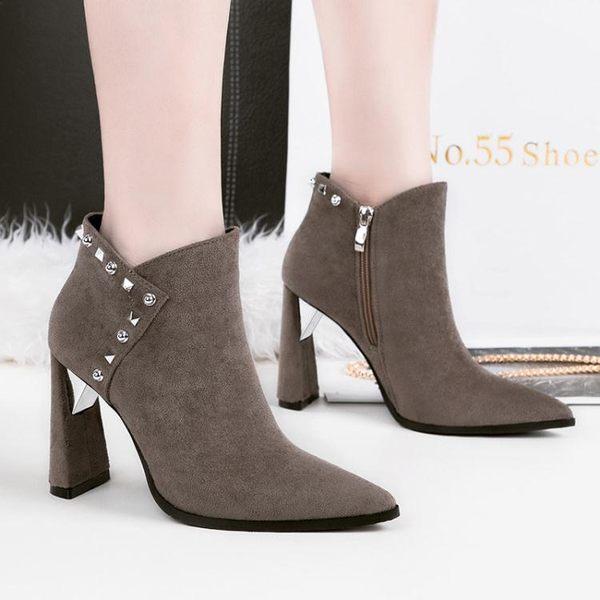 女短靴 高跟靴子 性感尖頭夜店顯瘦女靴鉚釘馬丁靴歐美單靴粗跟短靴《小師妹》sm3134
