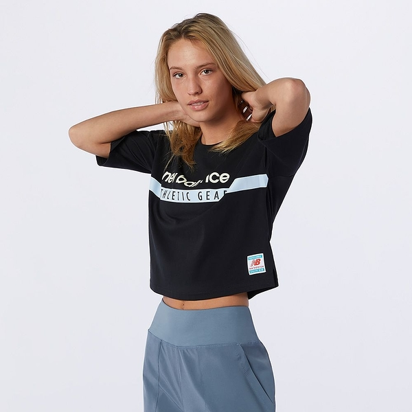 New Balance Essentials Field Day 女裝 短袖 休閒 短版 棉質 NB貼布 黑【運動世界】AWT11508BK