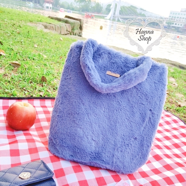 《花花創意会社》日雜。質感金扣霧霾藍毛絨手提側背兩用包【H7142】