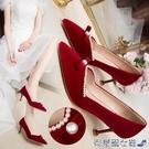 婚鞋 酒紅色秀禾鞋婚鞋2020年新款冬季絨面高跟鞋女細跟珍珠中式新娘鞋 快速出貨