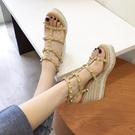厚底涼鞋 坡跟涼鞋女2021年新款夏草編仙女風厚底鉚釘時尚高跟鬆糕底羅馬鞋