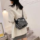 女包2021新款韓版百搭腰包貝殼包帆布輕便小包寬帶刺繡單肩斜背包 快速出貨