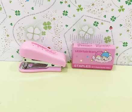 【震撼精品百貨】Little Twin Stars KiKi&LaLa 雙子星小天使~迷你釘書機附針-粉#82654