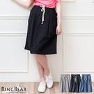 裙子--俏麗清新壓摺飾釦設計抽繩鬆緊素面休閒裙(黑.灰.藍S-2L)-Q55眼圈熊中大尺碼