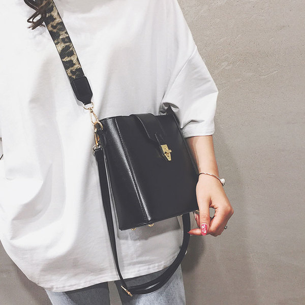 上新小包包女2020新款韓版寬帶百搭單肩包時尚洋氣簡約斜挎水桶包