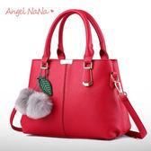 手提包。AngelNaNa 歐美風 簡約OL 定型 毛球吊飾  女斜背包(SBA0163)