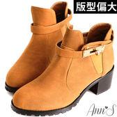 Ann'S時髦質感金色鎖釦粗跟短靴-駝