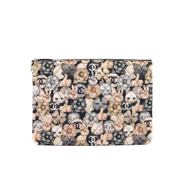 【台中米蘭站】全新品 CHANEL 經典菱格紋貓咪花朵緞布面手拿包(藍/白)