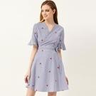 【南紡購物中心】《D Fina 時尚女裝》甜美刺繡小花朵 裹身和服式V領A字連身洋裝