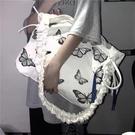 【快出】帆布包斜背包大容量包包女ins蝴蝶印花抽繩褶皺斜背包學生帆布拉鍊包袋潮
