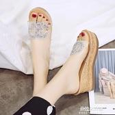 坡跟拖鞋 涼拖鞋女夏2020新款時尚透明坡跟一字拖韓版百搭外穿鬆糕防滑拖鞋 朵拉朵YC