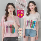 【五折價$330】糖罐子4色塗鴉英字珍珠拼接蕾絲圓領上衣→預購【E54108】