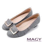 MAGY OL通勤專屬 金屬點綴進口布料楔型低跟鞋-淺灰