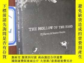 二手書博民逛書店THE罕見HOLLOW OF THE HANDY154527 H