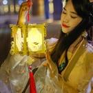 小孩打的漢服手持宮燈發光2021年元宵節兒童手提燈籠正月十五花燈 怦然心動
