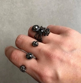 ■專櫃74折■ 全新真品■Alexander Mcqueen 立體黑色水晶鑲嵌雙環骷顱戒指S M L
