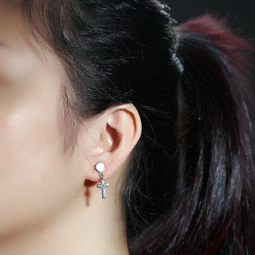 《 QBOX 》FASHION 飾品【E100N344】精緻個性單吊十字架316L鈦鋼插式耳環-防過敏(金/銀/黑)