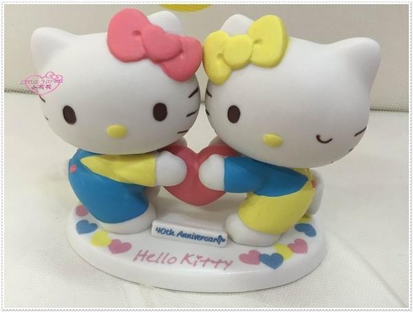 小花花日本精品♥Hello Kitty 40周年紀念 造型擺飾 陶瓷娃娃 收藏 眨眼抱愛心11409502
