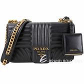 PRADA Diagramme 中型 附零錢包吊飾絎縫皮革內袋絎縫鍊帶包(黑色)1930085-01