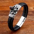 《 QBOX 》FASHION 飾品【LBC-L011】精緻個性歐美潮流眼鏡蛇編織皮革鈦鋼磁扣頭手鍊/手環