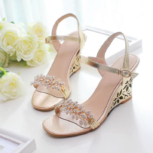 中大尺碼女鞋 水鉆花扣件坡跟高跟扣帶女鞋羅馬涼鞋春夏新款小碼大碼40-43